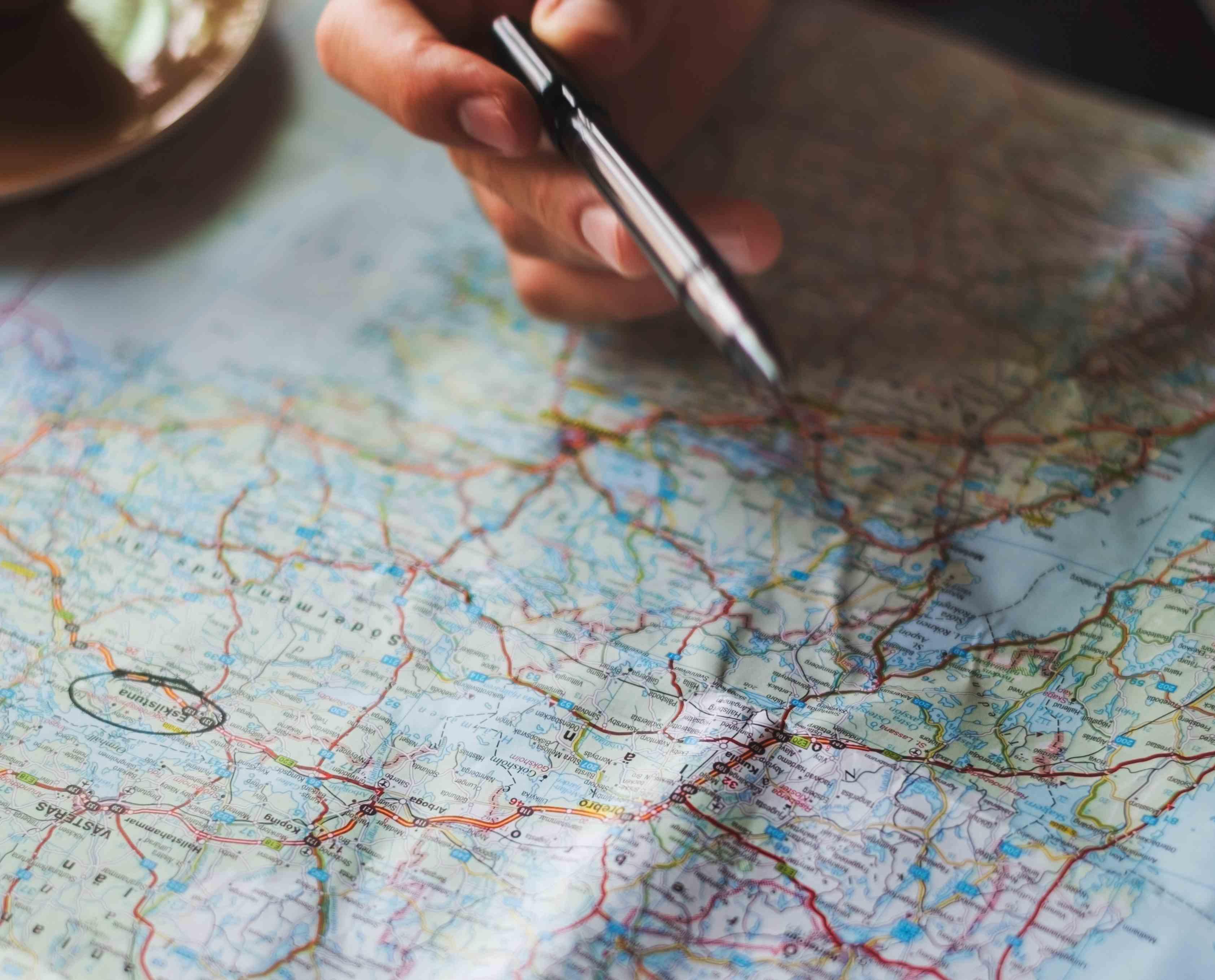 Carte géographique main stylo pour créer tournées